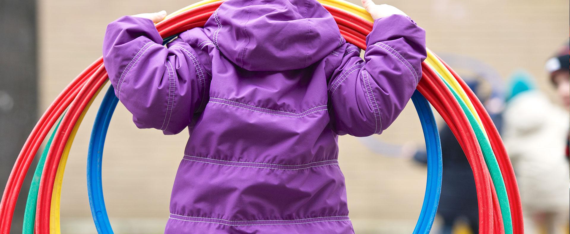 Allieva della scuola Svizzera di Milano gioca con hoola hoop in cortile